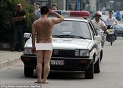 Khỏa thân chào xe cảnh sát