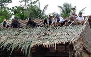 Lốc xoáy làm sập, tốc mái hơn 100 căn nhà tại Vĩnh Long