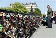 Tự do gắn khóa tình yêu ở Pari