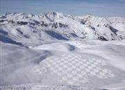 Kỳ công những họa tiết hoa văn khổng lồ trên tuyết