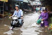 Triều cường cộng mưa, nhiều tuyến đường chìm sâu trong nước