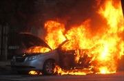 Xe taxi bị cháy rụi