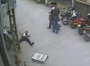 Nam thanh niên bốc đầu xe máy tông phải cột điện