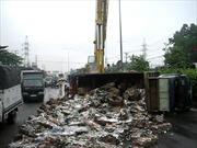 Lật xe tải, sắt phế liệu đổ tràn ra đường