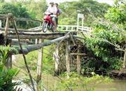 Xe máy rơi khỏi cầu, bé gái 5 tuổi tử nạn