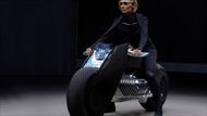 """Hãng BMW """"trình làng"""" xe môtô tự cân bằng động"""