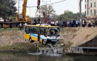 Trục vớt xe buýt lao xuống kênh ở Đà Nẵng