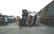 Xe container thi nhau lật, lao xuống ruộng trên quốc lộ 5