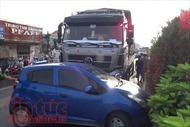 5 người trong ô tô la hét kêu cứu vì bị xe tải đâm trúng