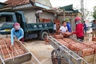 Dân Hà Tĩnh đổ xô đi mua vật liệu xây dựng sau bão số 10
