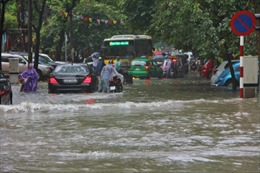 Mưa dai dẳng, trung tâm Hà Nội ngập nặng