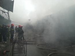 Đang cháy lớn ở chợ Nhà Xanh, Hà Nội