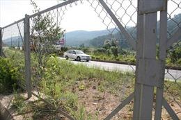 Phá hàng rào cao tốc để... bán quán