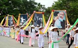 Lễ rước ảnh Bác Hồ trong Lễ hội Làng Sen 2015