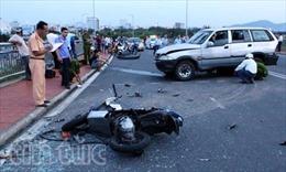 Ô tô tông xe máy, hất 2 người văng xuống cầu chết thảm