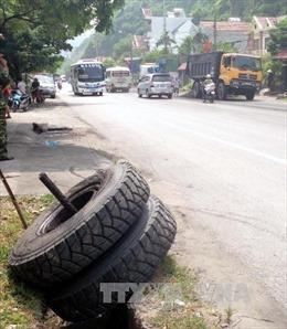 Xe mô tô cuốn vào gầm xe tải, 3 chị em ruột tử vong