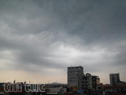 Mây dông tiếp tục trút mưa xuống Hà Nội