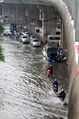 Chân cầu Vĩnh Tuy ngập trong nước