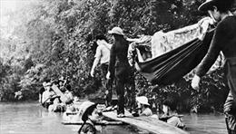 """""""Cầu người"""" - bức ảnh độc đáo của nhà báo Văn Thính"""