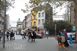 """Khung cảnh """"làng thánh chiến"""" Molenbeek sau trận vây bắt khủng bố"""