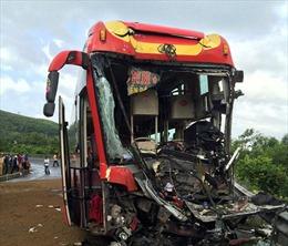 Xe khách tông xe đầu kéo, 2 người bị thương nặng