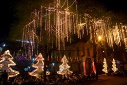Người dân Hà Nội nô nức chào đón Giáng sinh