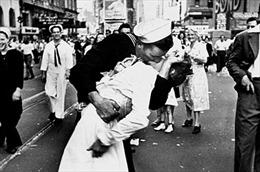 """Giải mã bí ẩn """"Nụ hôn Quảng trường Thời đại"""""""