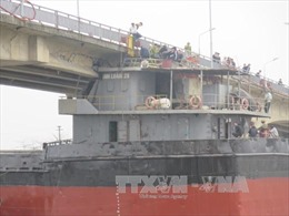 """""""Giải phóng"""" tàu thủy mắc kẹt khỏi gầm cầu An Thái"""