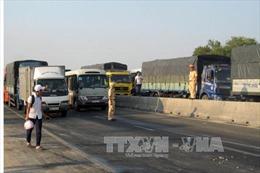 Ô tô lấn đường gây tai nạn, QL 1A đoạn qua Ninh Thuận tê liệt