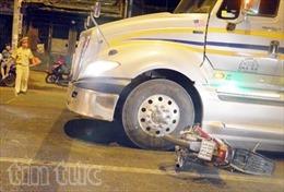 """Xe container tông chết hai thanh niên chạy xe máy """"kẹp ba"""""""