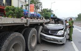 Ô tô 7 chỗ húc đuôi xe tải, gia đình 4 người thoát nạn