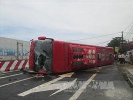 Va xe máy, xe giường nằm lật ngang quốc lộ, 8 người thương vong