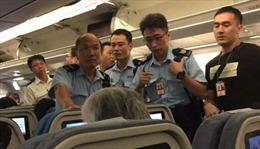 Khách Trung Quốc hắt nước cam vào tiếp viên hàng không