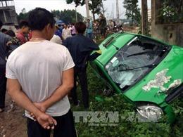 Taxi lao xuống suối, 2 người chết