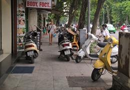 Đi xe máy trên vỉa hè có bị xử phạt?