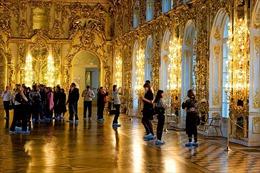 Du khách Trung Quốc ngang nhiên tiểu tiện ở Cung điện Nga