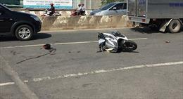 Xe máy tông nhau nát bươm, 3 người thương nặng