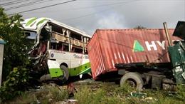 Xe khách Trà Vinh đâm container, 17 người thương vong