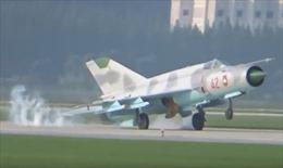 """Mig-21 Triều Tiên """"lóng ngóng"""" đập đuôi xuống đường băng"""