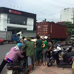 Xe container vượt đèn đỏ, tông hai vợ chồng chết thảm