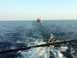 Cứu 4 thuyền viên gặp nạn do bão lũ ở cửa Gianh