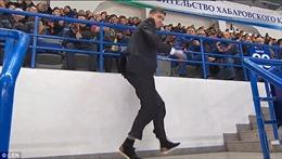 Nhân viên an ninh Nga bung vest nhảy điệu Michael Jackson