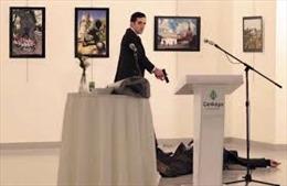 Video mới cảnh hung thủ lượn lờ chờ thời cơ bắn đại sứ Nga