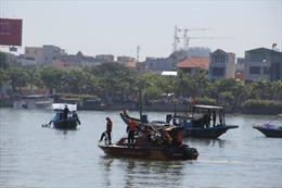 Lật tàu thủy chở đá, 2 người chết và mất tích