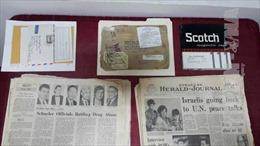 Gia đình cựu binh Mỹ trao tặng hiện vật cho Ban Quản lý di tích Nhà tù Hỏa Lò