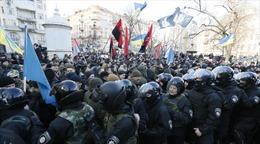 Người biểu tình đụng độ cảnh sát Kiev, hàng chục người bị thương