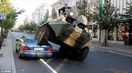 Thị trưởng Lítva lái xe tăng cán bẹp Mercedes S đỗ trái phép