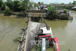 Xe quá tải làm sập cầu Kinh Nhất, hai người rơi xuống sông