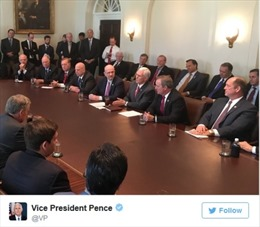 Sự bất thường 'gây bão' trong bức ảnh cuộc họp Nhà Trắng