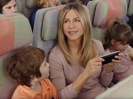 Hàng không Ảrập dùng vợ cũ Brad Pitt 'chọi' lệnh cấm của chính quyền Trump